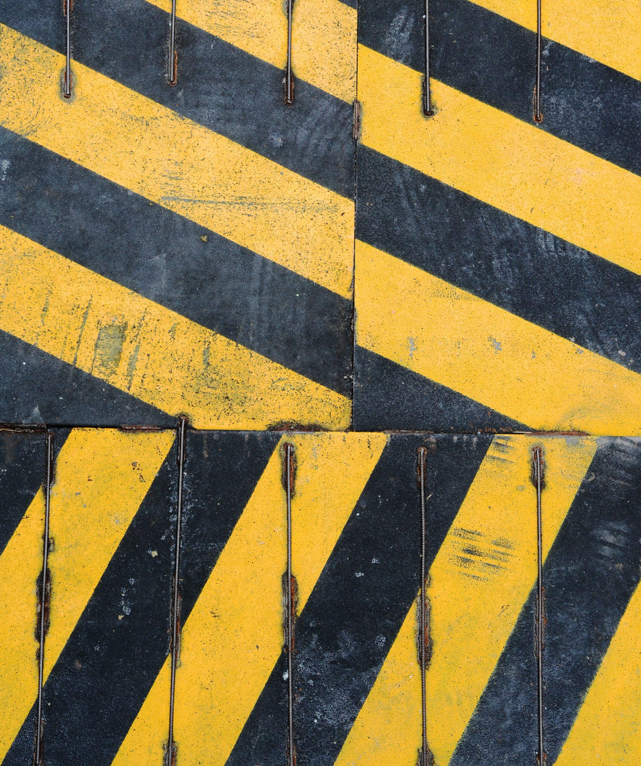 Baustellenschild in gelb schwarz