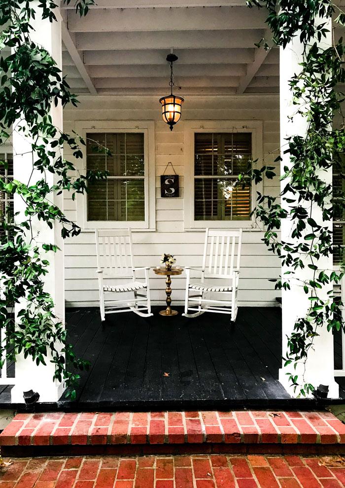 Foto einer überdachten Terrasse mit zwei Stühlen und einem kleinen Tisch