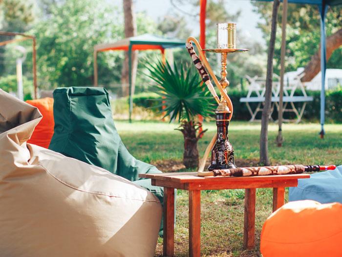Sitzsäcke im Garten, gruppiert um eine Shisha, in einer informellen Alternative zur Terrasse